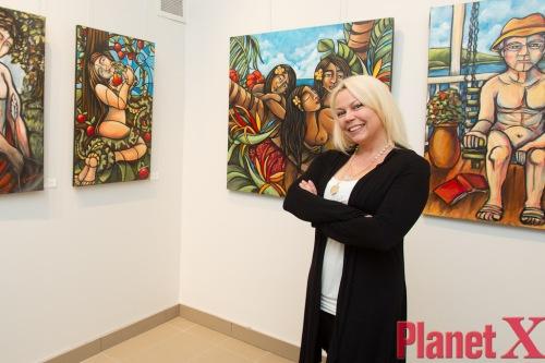 Cindy Cinnamon devant les toiles de l'Exposition LOVE de l'artiste peintre Sophie Moisan exposée à la Boutique et Galerie d'Art Érotique PlanetX 325 boul. Charest Ouest Québec